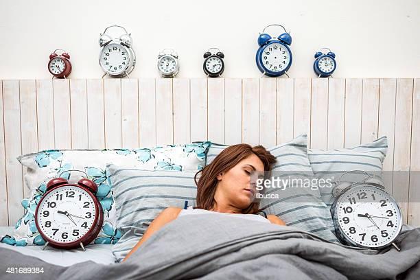 Femme endormie entouré d'un radio-réveil