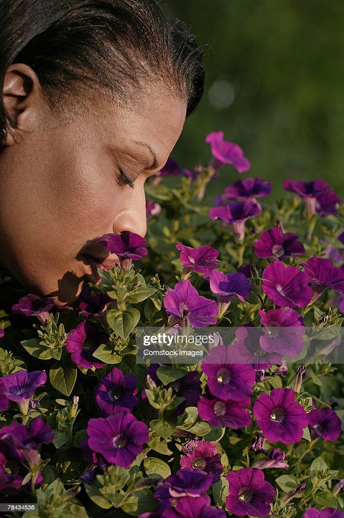 Woman smelling flowers : Stockfoto