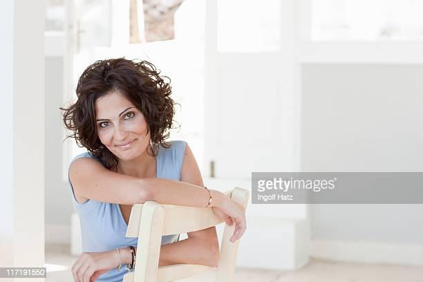 mulher sorrindo para a câmera - cabelo curto comprimento de cabelo - fotografias e filmes do acervo