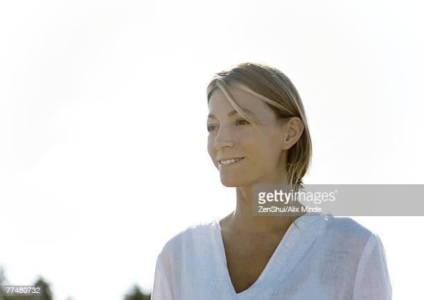 woman smiling, head and shoulders, portrait - mujeres de mediana edad fotografías e imágenes de stock
