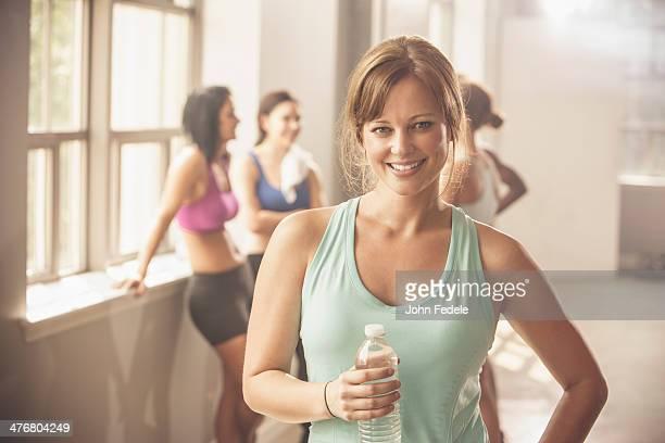 woman smiling in gym - 25 29 jahre stock-fotos und bilder
