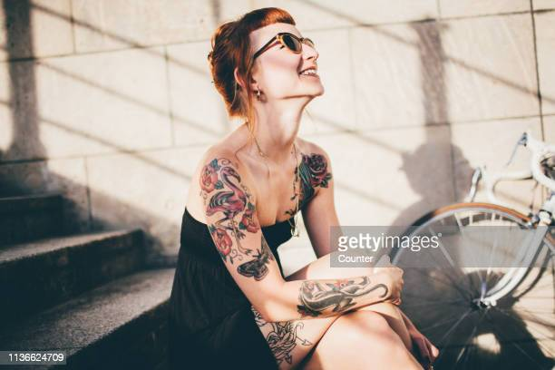 woman smiling in sunshine with ring on necklace - rebelión fotografías e imágenes de stock