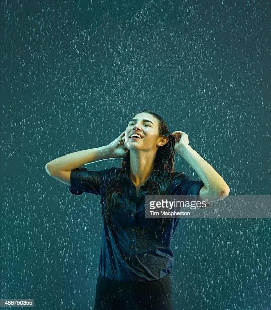 woman smiling in the rain - mouillé photos et images de collection