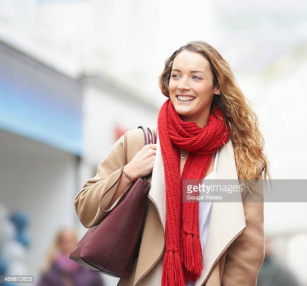 woman smiling on shopping street. - echarpe - fotografias e filmes do acervo