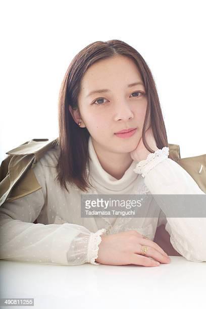 woman smiling - 顎に手をやる ストックフォトと画像