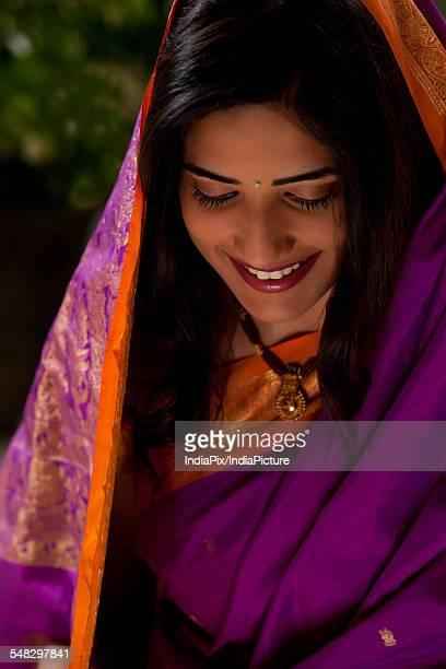 woman smiling - mangala sutra fotografías e imágenes de stock