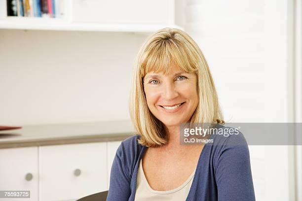 woman smiling - alleen één oudere vrouw stockfoto's en -beelden