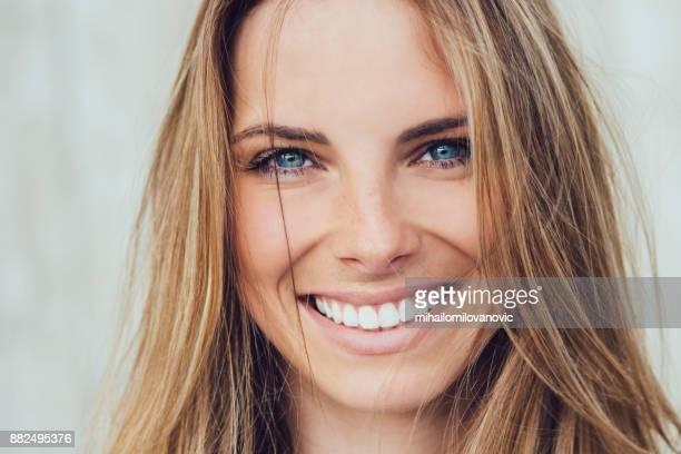 frau lächeln - natürlicher zustand stock-fotos und bilder