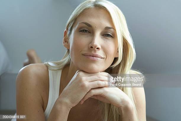 woman smiling, portrait, close-up - heidi coppock beard 個照片及圖片檔