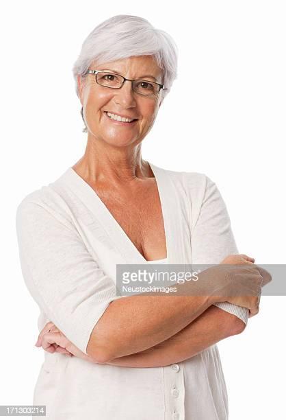 Mujer sonriente con los brazos cruzados aislado