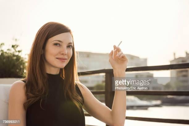 woman smoking cigarette - schlechte angewohnheit stock-fotos und bilder