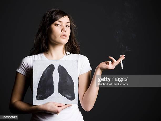 frau rauchen mit schwarzen lungen - raucher lunge stock-fotos und bilder