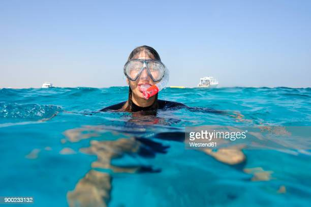 woman snorkeling in the sea - scuba mask stock pictures, royalty-free photos & images