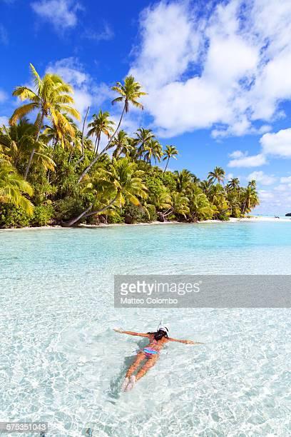 woman snorkeling in turquoise lagoon, aitutaki - isole cook foto e immagini stock