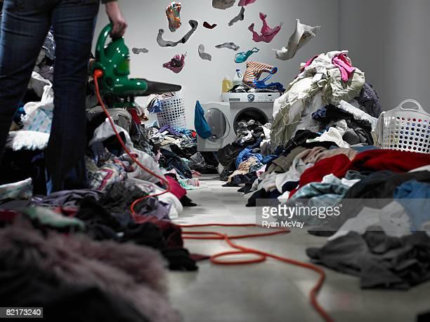 Femme, souffler des vêtements de chemin vers un lave-linge.