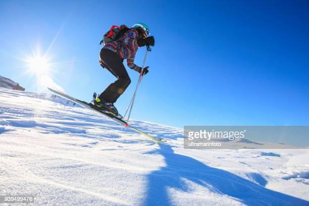 日当たりの良いスキー場アマチュア ウィンター スポーツでスキー女性雪のスキーヤー。雪に覆われた高山の風景。 イタリア アルプス ドロミテ マドンナ ・ ディ ・ カンピリオ、イタリアの山。 - マドンナディカンピリオ ストックフォトと画像