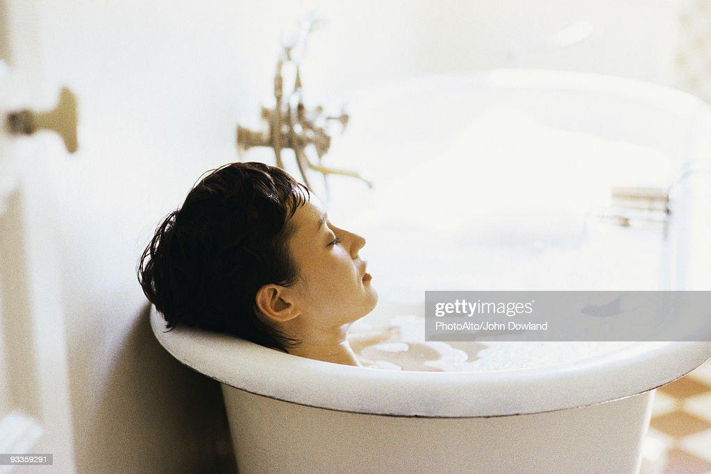 Woman soaking in bubble bath : ストックフォト
