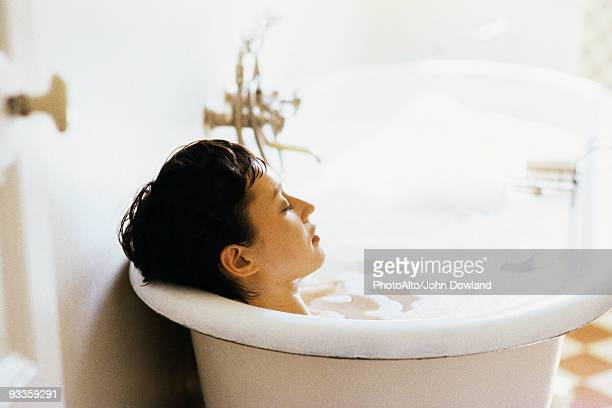 woman soaking in bubble bath - badewanne stock-fotos und bilder