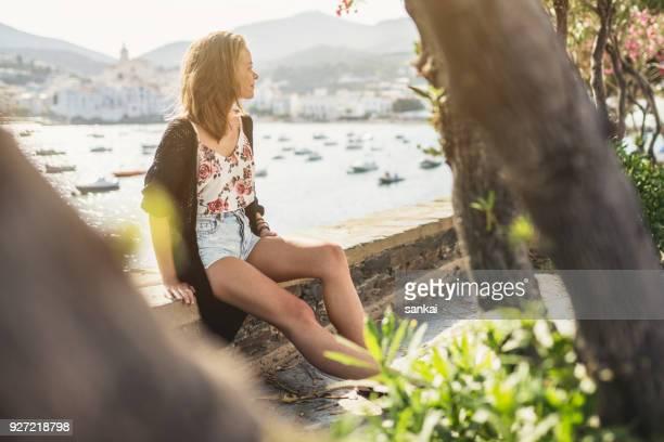 Soledad de la mujer en el paseo marítimo