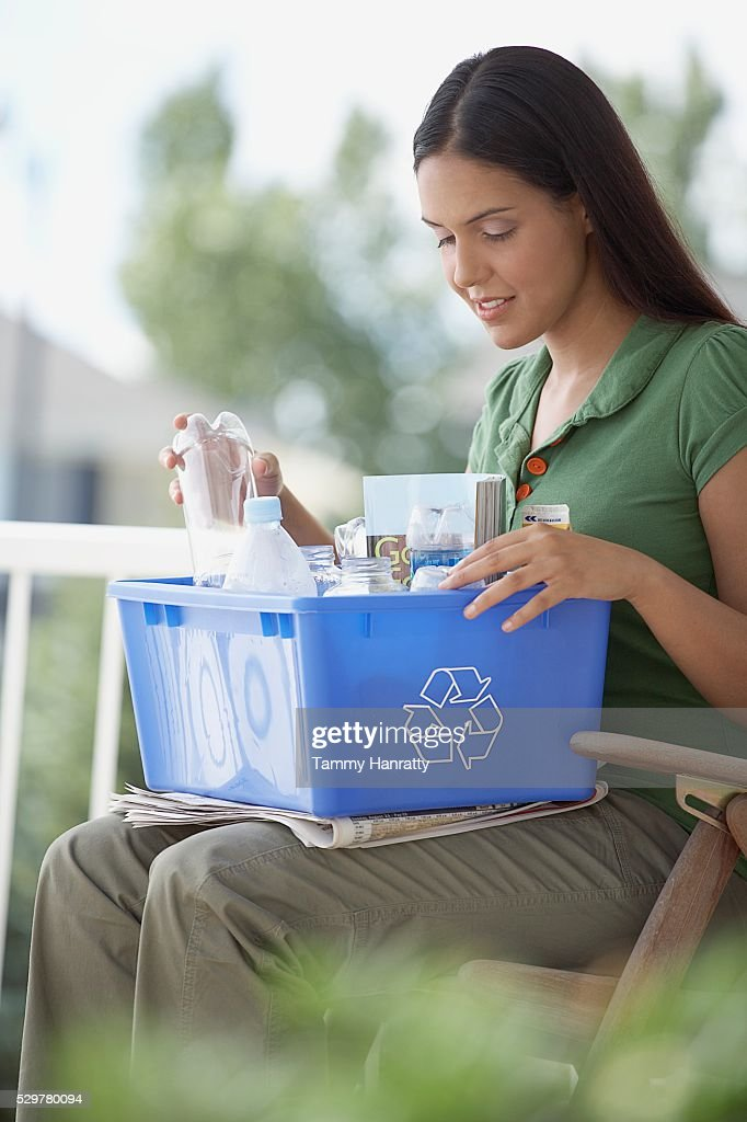 Woman sorting recycling : Foto de stock