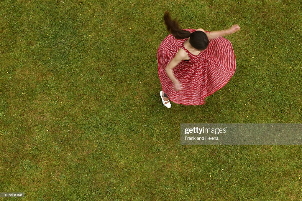 Woman spinning outdoors : Stock-Foto