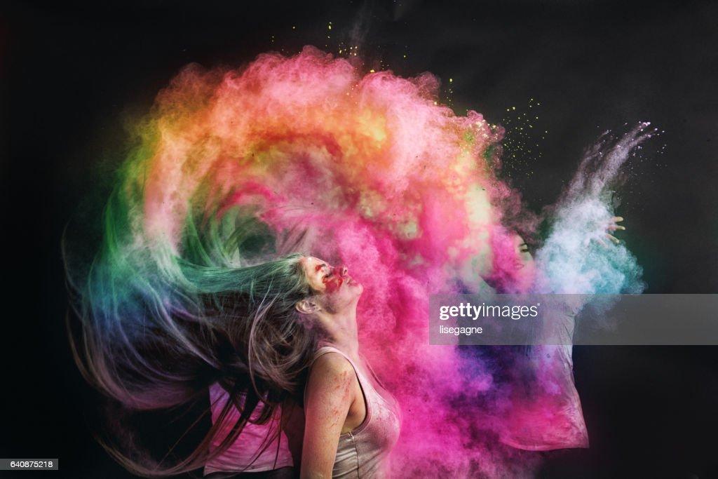Mujer salpicaduras pelo con polvo de holi : Foto de stock