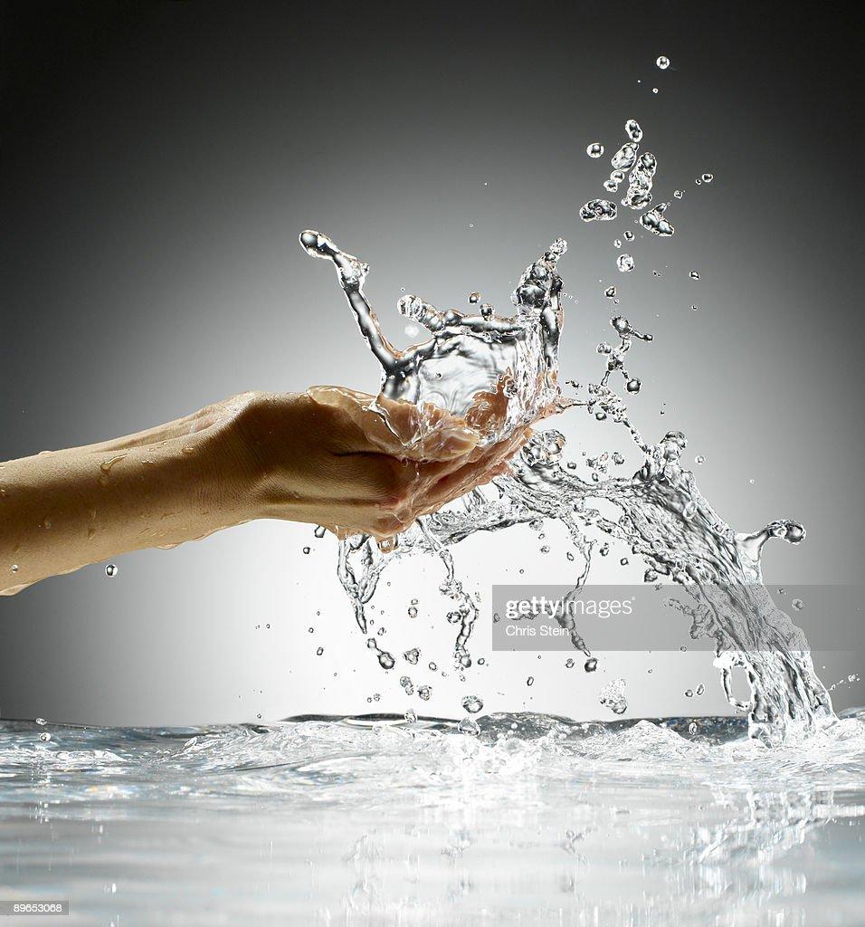 Woman Splashing water on her face : Foto stock