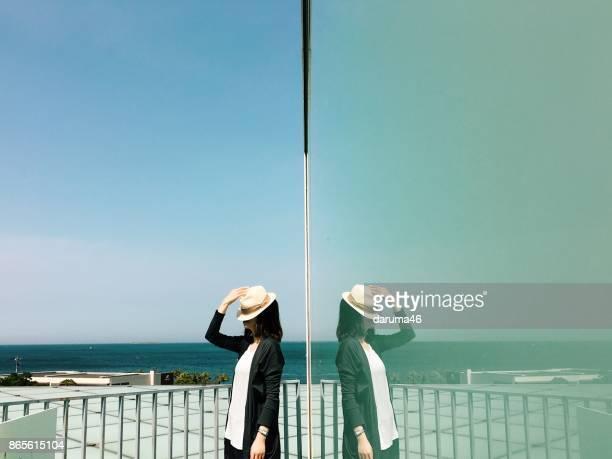 立っている女性と反射