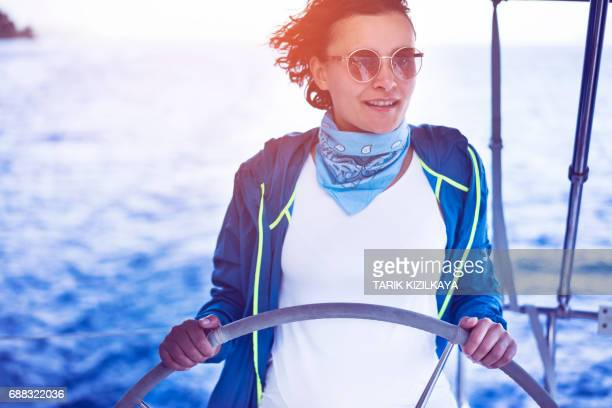 Vrouw achter het stuur van de zeilen op een boot, zeilen.