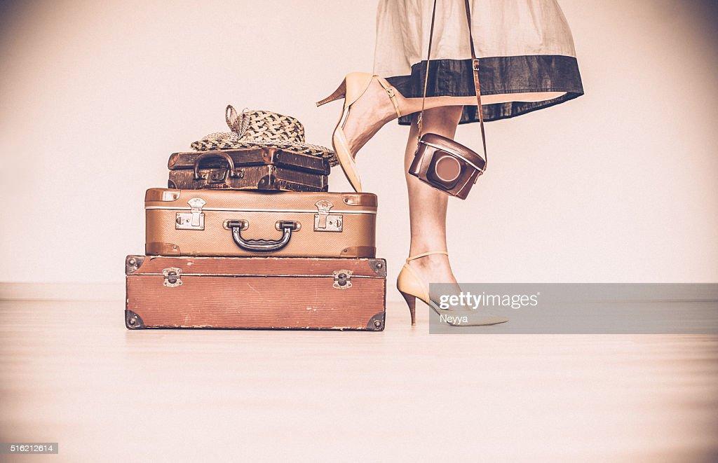 Donna in piedi dietro le valigie : Foto stock