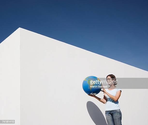 mulher em pé ao lado da parede com mundo - world kindness day - fotografias e filmes do acervo