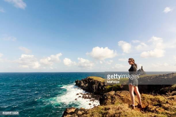 mulher em pé de um penhasco em fernando de noronha - alto descrição geral - fotografias e filmes do acervo