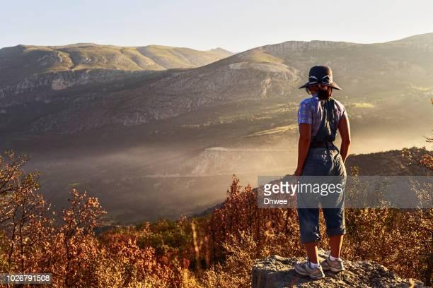 woman standing gazing a mountains view at foggy sunrise - gorges du verdon photos et images de collection