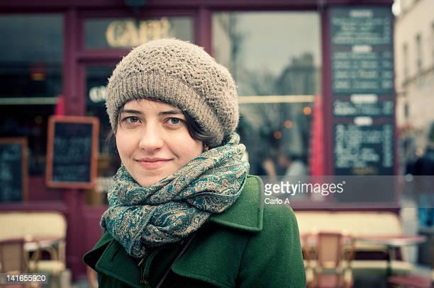 woman standing in front of cafe - café établissement de restauration photos et images de collection