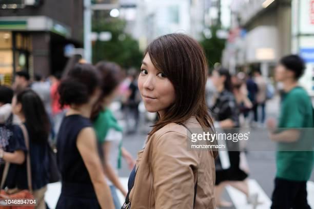 観衆の前で立っている女性 - 30 34歳 ストックフォトと画像