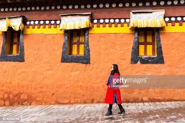 Una mujer de pie delante de templo Langmu