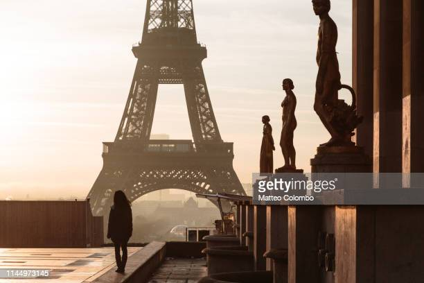 woman standing in front of the eiffel tower, paris - esplanade du trocadero stock pictures, royalty-free photos & images