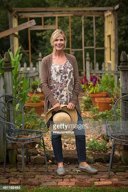 Femme debout dans son jardin sur le jardin