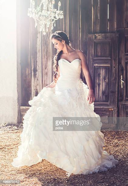 Femme debout dans son longue robe de mariage