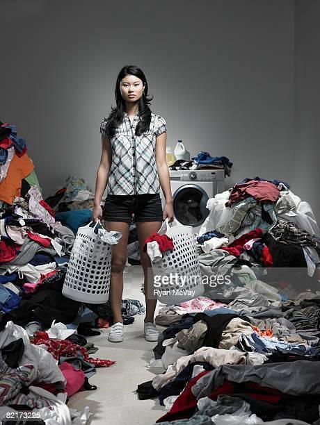Femme debout dans débordant blanchisserie