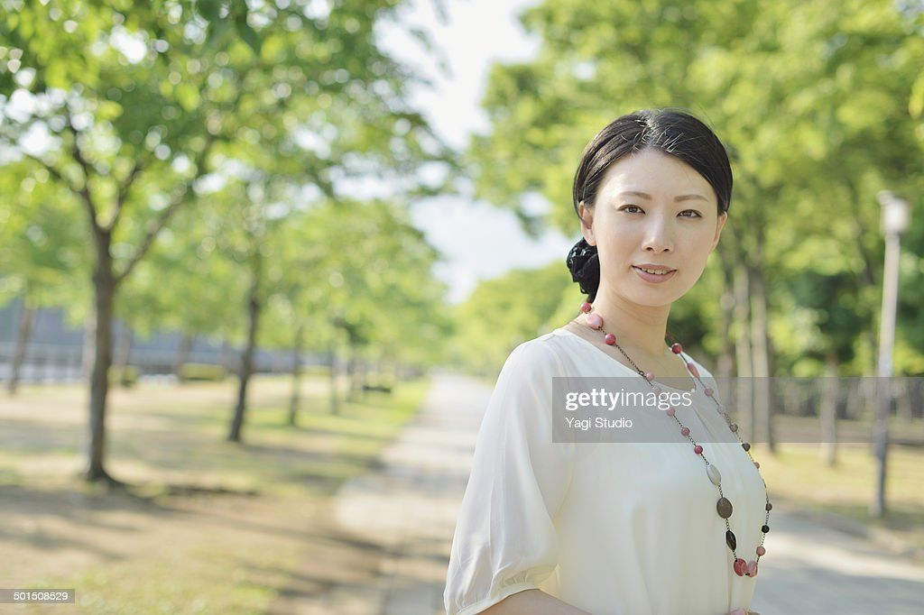 Woman standing in park : Stock-Foto