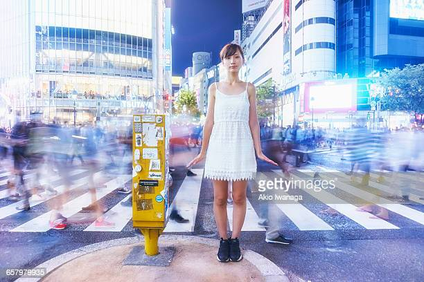 woman standing in the scramble crossing - akio iwanaga ストックフォトと画像