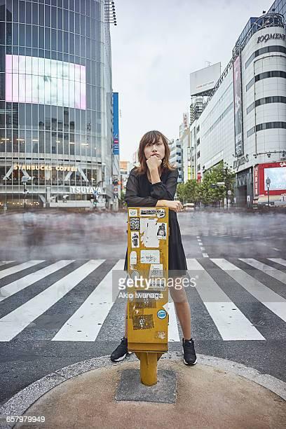 woman standing in the scramble crossing - akio iwanaga ストックフォトと画像