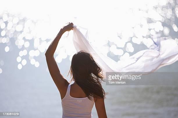 女性の近くに立ち、腕を上げる海