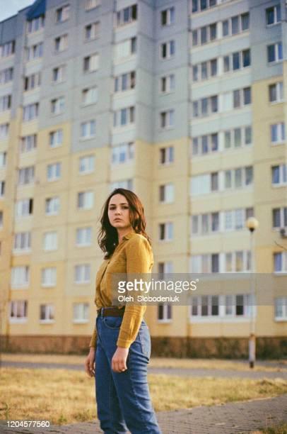 donna in piedi vicino all'edificio colorato - ex unione sovietica foto e immagini stock
