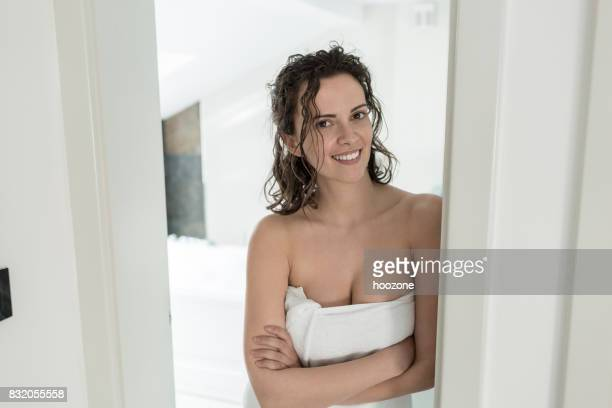 Mujer de pie en la puerta del baño