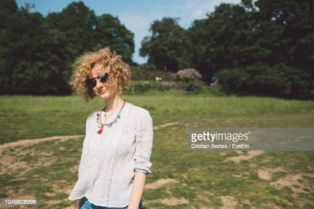 woman standing on field - bortes stockfoto's en -beelden