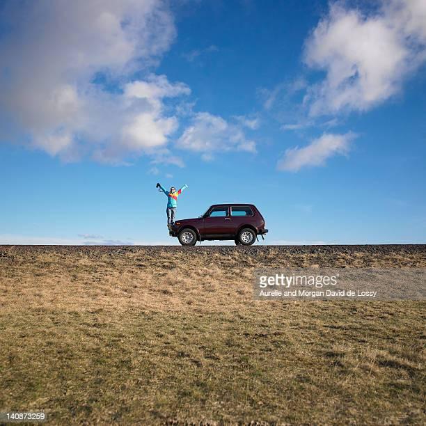 femme debout en jeep sur rural road - s'évader du réel photos et images de collection