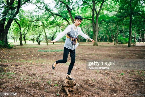 woman standing on one leg - yusuke nishizawa 個照片及圖片檔