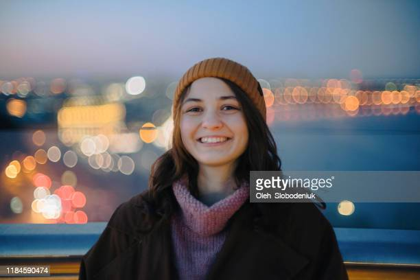 kvinna stående på gångbro och titta på natursköna stadsbilden av kiev - endast en ung kvinna bildbanksfoton och bilder